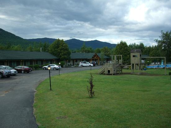 The Hungry Trout Resort : Playground, Pool and Motel