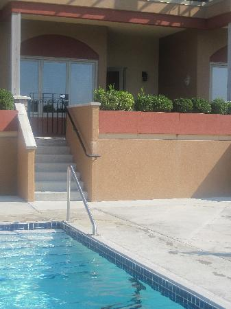 Burrowing Owl Estate Winery Guest House: Walk out from room to pool...nice