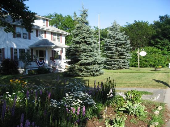 Cranberry Gardens Inn: outside shot 1