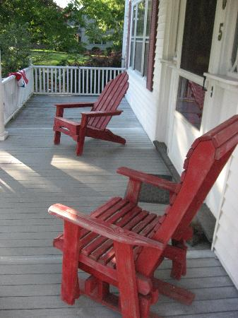 Cranberry Gardens Inn: porch