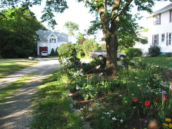 Cranberry Gardens Inn: driveway