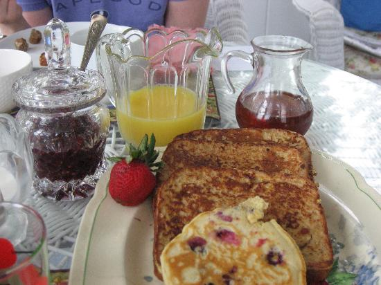 Cranberry Gardens Inn: ...breakfast again...