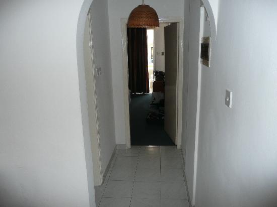 Petrou Bros Hotel Apartments: Hallway 103