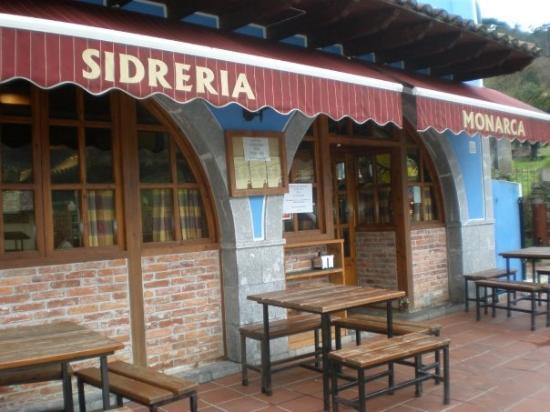 Cangas de Onís, España: Entrada restaurante sidrería El Monarca