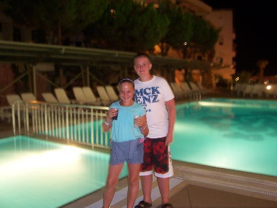 Hotel Emre: kids by the pool at night