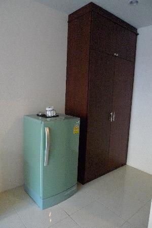 โรงแรมเซเว่น ซี: The largest fridge I've ever seen in a hotel room