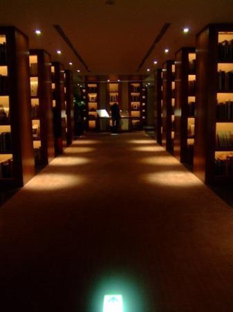 Park Hyatt Tokyo: The library in the hotel
