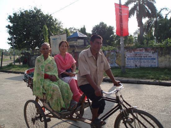 Nepalgunj, نيبال: リキシャに2人~4人が乗ります。