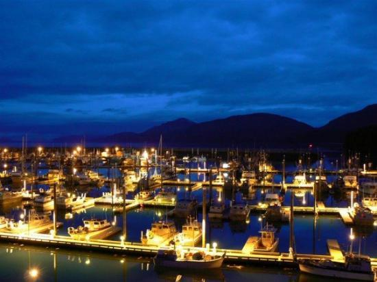 Reluctant Fisherman Inn: Harbour at night
