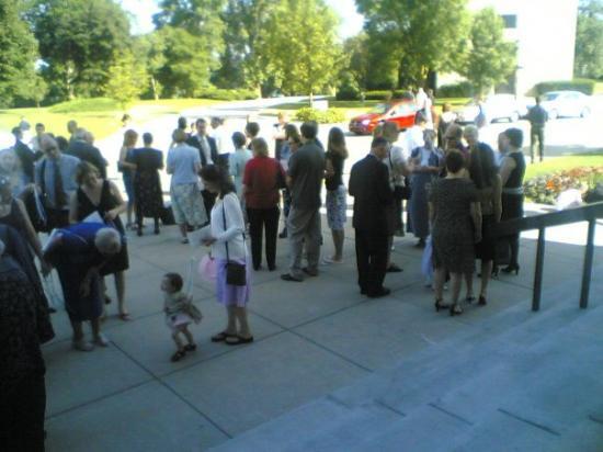 เคโนชา, วิสคอนซิน: People outside the chapel at Carthage College in Kenosha, WI