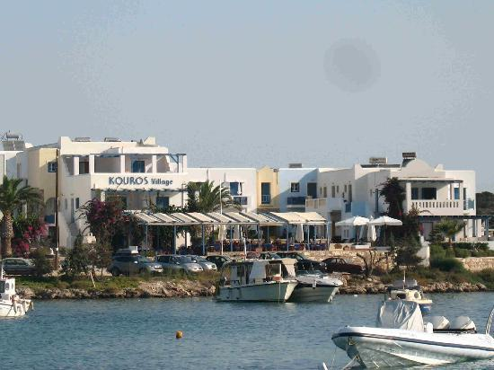 Der Blick vom Hafen aus auf Kouros Village
