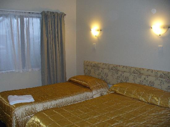Airport Manor Inn: Family room with queen and  single beds