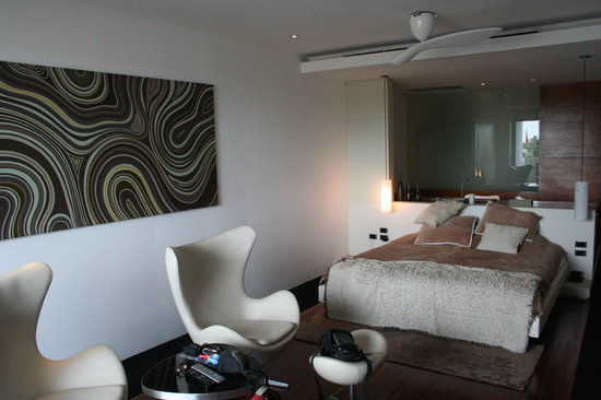 The Quay Boutique Hotel: The combined bedroom and living area