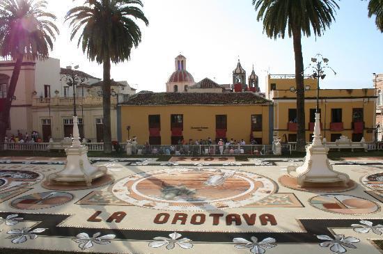 Hotel Rural Victoria: the town square in La Orotava for Corpus Christi