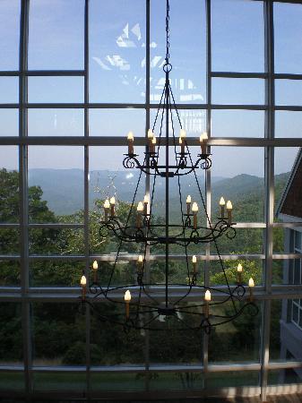 Amicalola Falls Lodge: Lodge lobby chandelier