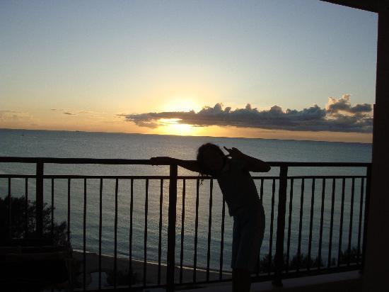 Kafuu Resort Fuchaku Condo Hotel : 広々ベランダで夕日に感動!!ハイポーズ