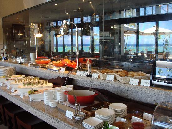 Kafuu Resort Fuchaku Condo Hotel: 朝食券を昼食券に換えました、一品料理を注文したらビックリ!!これだけのフリーバイキングついてくるよ、まだ皆さん知らないので教えま~す、とてもお得に感じるし、おいしいですよ。