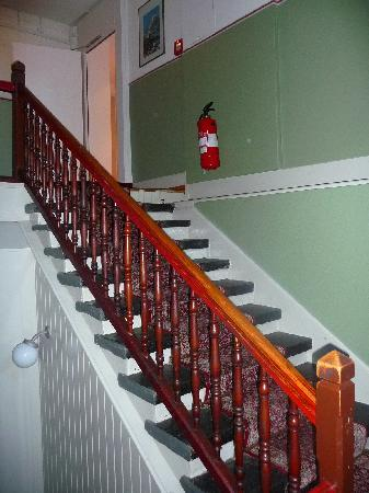 Hotel Staubbach: Stairs up to first floor