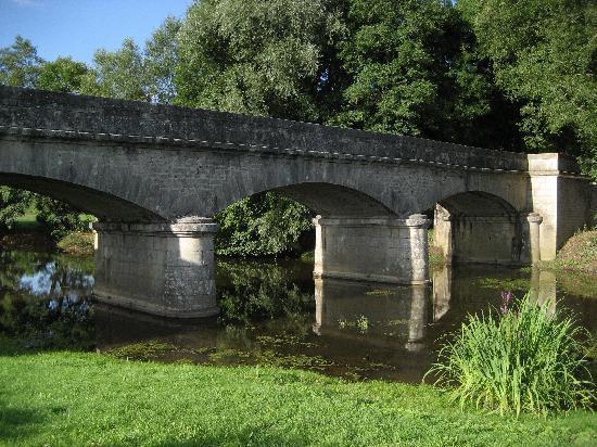 Massangis, Francja: Bridge over the Serein