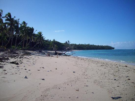 Serenity Beaches Resort: The east side beach at drop off