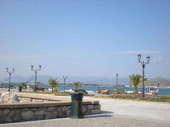 Nafplio, Grécia: A view of the sidewalk by the sea