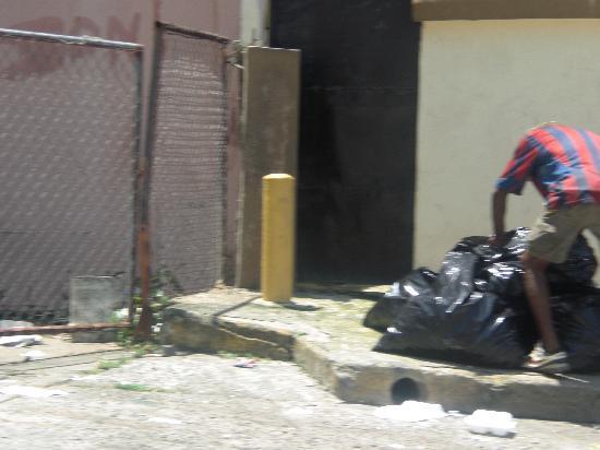 Andino Hotel : Entrada al hotel donde se reunen los adictos a buscar en la basura
