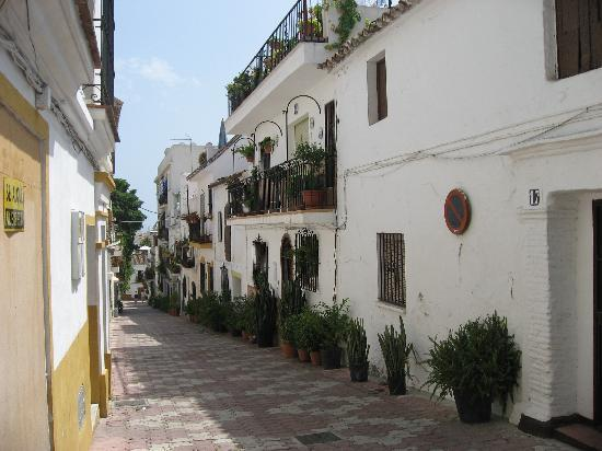 Hotel-Apartamentos Puerta de Aduares: One of the lovely streets in old Marbella