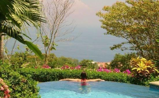 Casi el Cielo Bed and Breakfast: Infinity pool overlooking the pacific