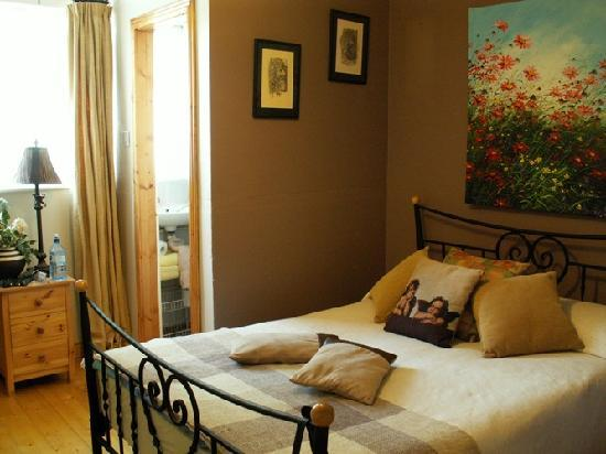 The Forge House B&B: Double bed and art @ Forge House
