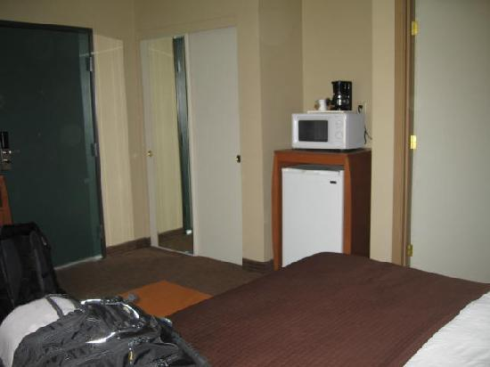 Quality Inn Madras: Fridge, microwave, and coffee pot