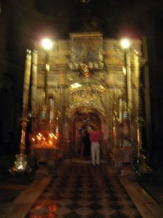 โบสถ์แห่งสุสานศักดิ์สิทธิ์: Outside the Edicule of the Holy Sepulchre - where Jesus was laid to rest. (14th and final statio
