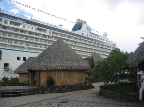 Raiatea, เฟรนช์โปลินีเซีย: Big ship, lil hut