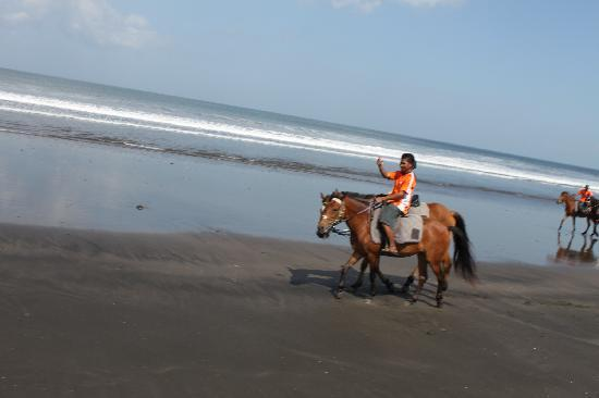 Tabanan, Indonezja: each rider is escorted by a staff rider