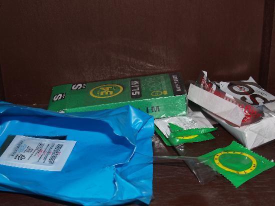 Sunset Garden Inn : condom wrappers left in nightstand