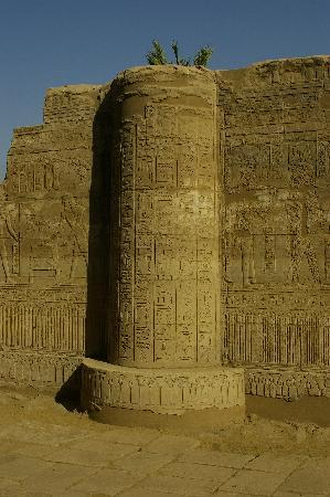Temple of Montu: I haven't seen this anywhere else that I can remember - a pillar in a wall