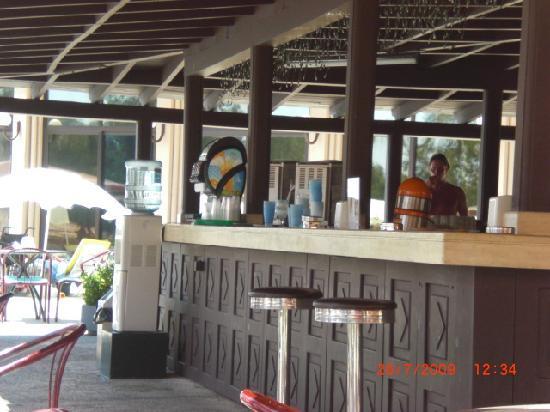Grand Prestige Hotel & Spa: de bar bij het zwembad