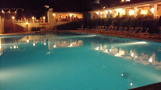 Sunshine Corfu Hotel & Spa: piscine le soir