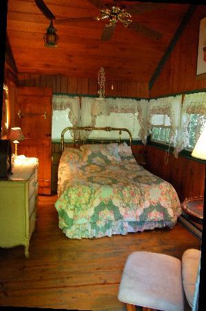 Babbling Brook Cottages : cozy bedroom of cabin 2