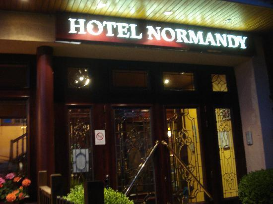 Hotel Normandy : Outside the Normandy HOtel in Vernon