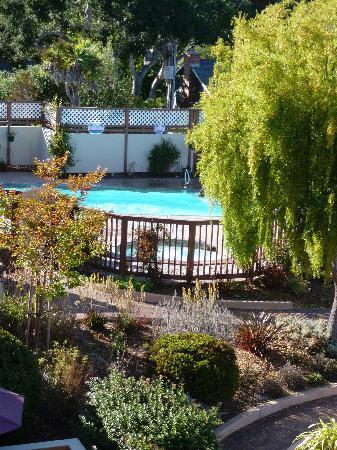 Mariposa Inn and Suites: poolside