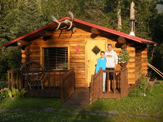 Bowman's Bear Creek Lodge: Our cabin in the morning sun