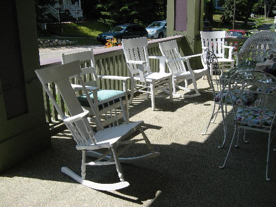 Terrace Inn and 1911 Restaurant: Rocking chairs on the porch