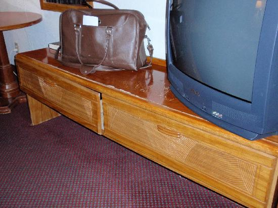 Scottish Inns Manchester: notice the drawer is falling apart and the furniture is beat up