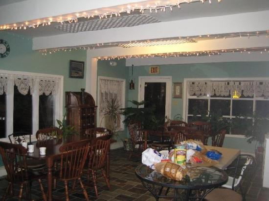 Lake George Bed and Breakfast: B&B dining area