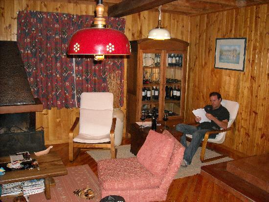 Hotel La Cornisa: salon avec armoire a vin