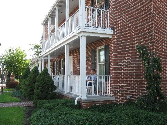 Inn at Cemetery Hill: Travelodge rooms with porches