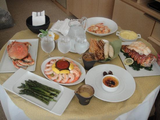 Four Seasons Hotel Seattle: Room service with fresh seafood from Pikes Market