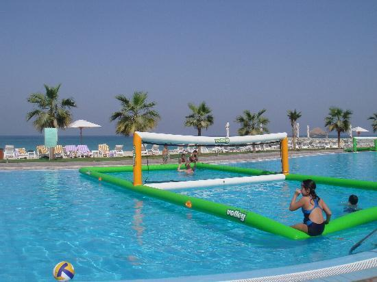 Radisson Blu Resort Fujairah: Pool on the beach