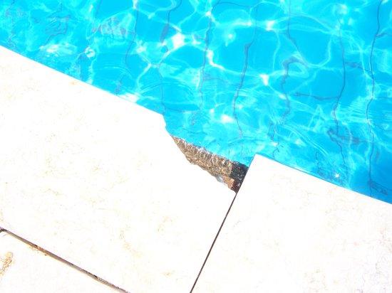 Regency Plaza Aqua Park & Spa Resort: broken tiles around pool