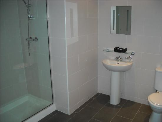 Picardy Place Hotel: large bathroom without water after 9.30 am